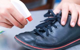 Обработка обуви от грибка ногтей: дезинфекция в домашних условиях спреем против запаха и иными средствами, и чем дезинфицировать, как обеззаразить и очистить изделия?