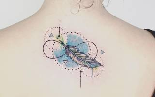 Тату перо. Значение у девушки, что означает со словом, птицами, павлином на ноге, руке, запястье, животе, шее, спине, ключице, на боку
