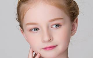 Прическа для девочки с кудрями на длинные волосы, с косой, диадемой, короной, жгутиками, пучки, хвостики. Как сделать пошагово, фото, видео-уроки