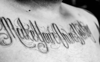 Тату на запястье для мужчин. Фото, эскизы: бесконечность, корона, надписи с переводом, крест, браслет. Значения татуировок