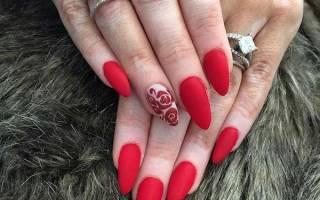 Красный матовый маникюр с дизайном. Фото новинки на короткие, острые ногти