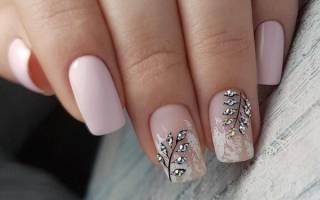 Нежный маникюр со стразами на короткие, длинные ногти. Фото, дизайны френч, втирка, блестками, посыпкой, жемчугом